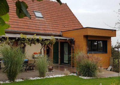 Création d'une cuisine  bardage ton miel et toiture terrasse isolée