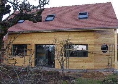 Maison avec arrondie, œil de bœuf et bardage mélèze naturel