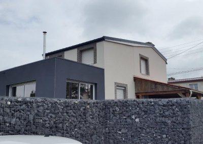 Extension en bois avec enduit gris foncé et toiture EPDM isolée