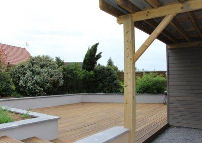 Terrasse en bois traité et ses marches.