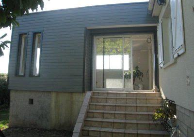 Extension sur terasse existante, bardage bois gris anthracite et toiture terrasse